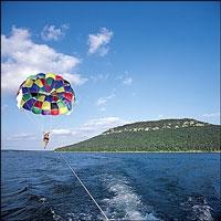 para sail over lake