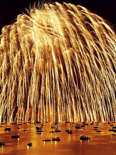 Golden waterfall fireworks rain down on Norfork Lake